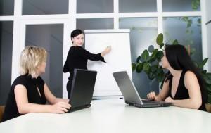 3 Frauen arbeiten ein Konzept aus