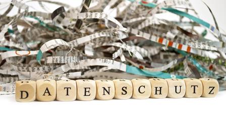 Buchstabenwürfel und Kabelsalat