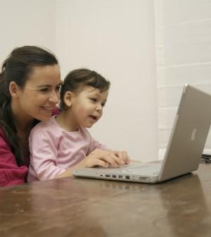 Mutter mit Kind vor dem Laptop