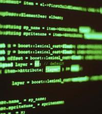 Comuterprogrammiercode auf einem Monitor