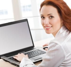 Eine Frau an ihrem Laptop