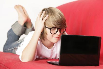 Ein kleiner Junge spielt auf seinem Netbook