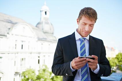 Geschäftsmann mit einem robusten Outdoor Smartphone