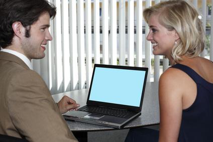 Marketingberater im Gespräch mit einer Kundin