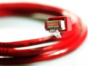 Nahaufnahme eines roten Netzwerkkabels