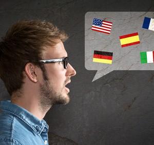 Ein Mann spricht mehrere Sprachen