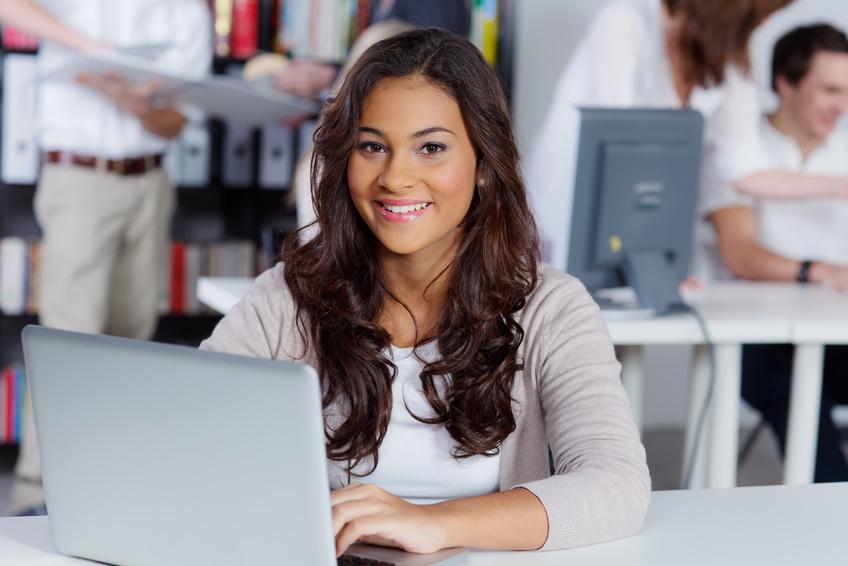 Studentin lernt am Laptop